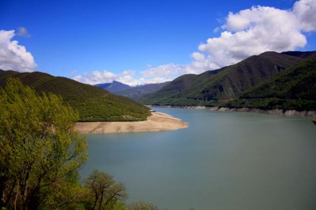Lake Ananuri and the view to High Kaukasus